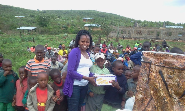 Irene presents the families of Manjani Mingi with Christmas dinner.